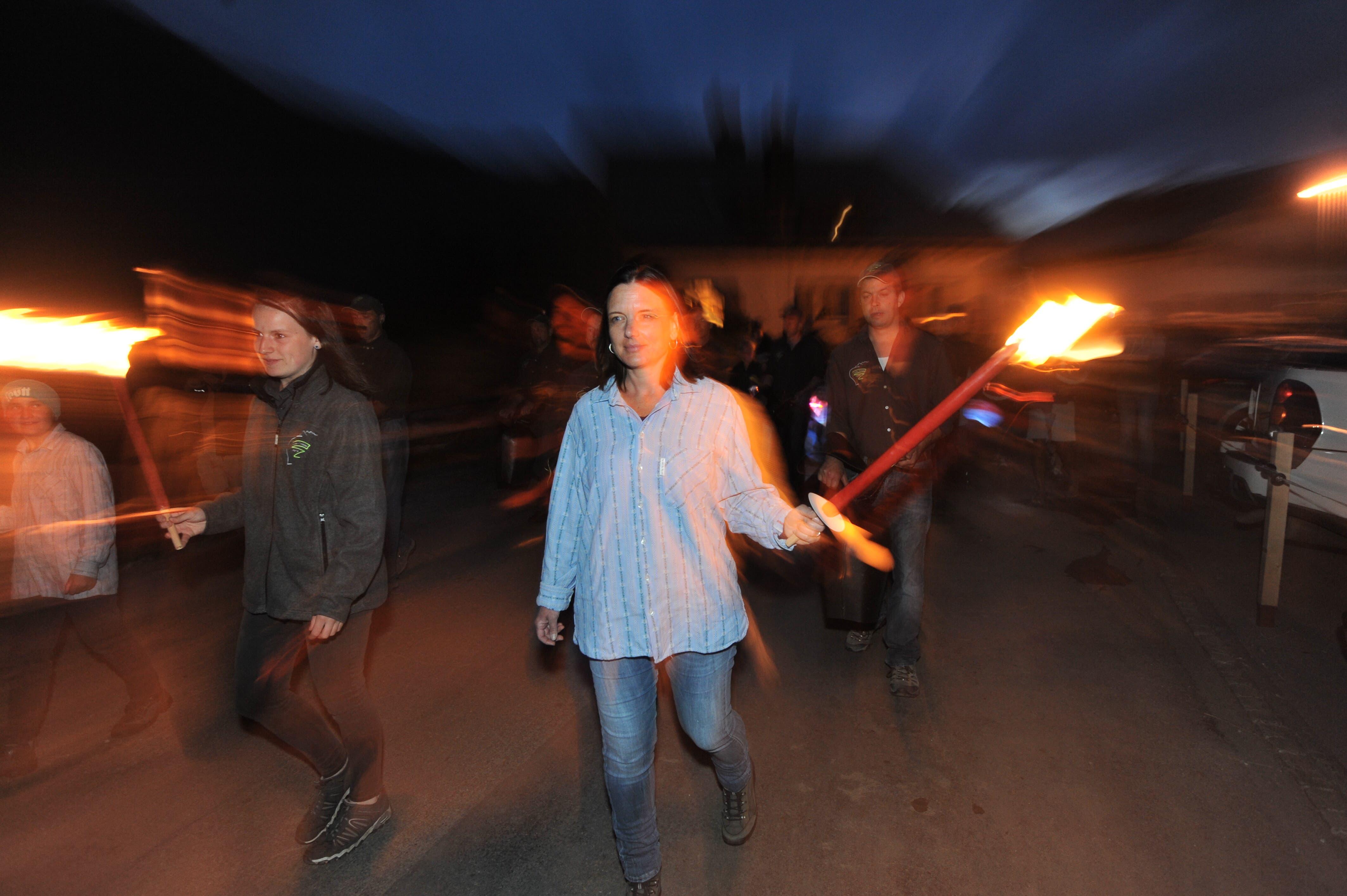 Mit Trinklern, Lampions und Fackeln war die Festgemeinde am 1. August unterwegs.