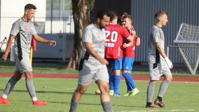 Impressionen vom Zugerland Cup 2020:Der Torschütze Lukas Riedmann (rechts) vom SC Cham lässt sich feiern. (Bild: Matthias Jurt (Rotkreuz, 1. August 2020))