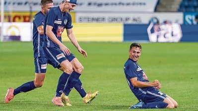 Lino Lang (rechts) bejubelt den Luzerner Siegtreffer, die Teamkollegen Silvan Sidler und Idriz Voca (links) eilen heran. (Bild: Martin Meienberger/Freshfocus (Luzern, 31.Juli 2020))