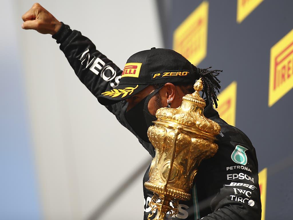 Lewis Hamilton holte zum siebten Mal in Silverstone den Siegerpokal ab