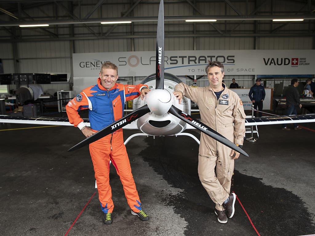 Der Neuenburger Abenteurer Raphaël Domjan (rechts) und der spanische Testpilot Miguel Iturmendi vor dem ersten gemeinsamen Flug mit der SolarStratos.