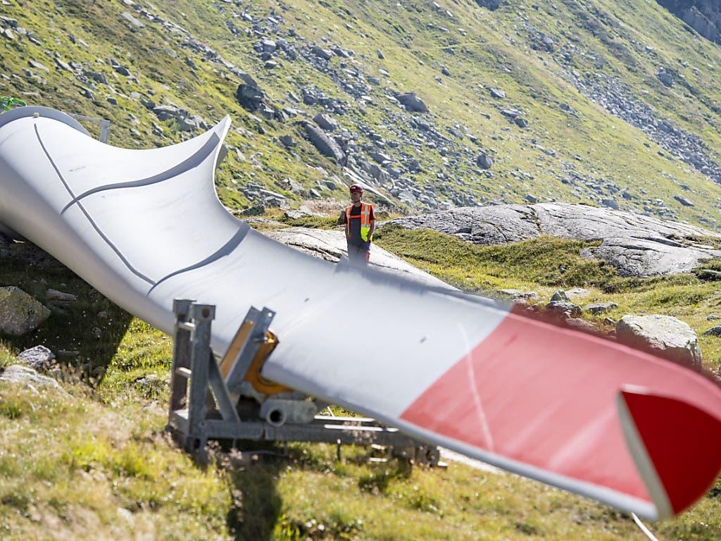 Am Donnerstag wurde auf dem Gotthard die dritte von insgesamt fünf Windturbinen eines neuen Energieparks montiert.