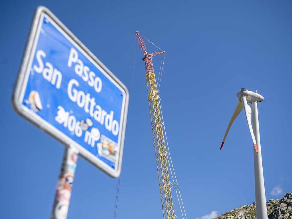 Auf dem Gotthard-Pass werden zurzeit Turbinen für einen Windpark installiert.