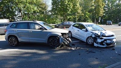 Ein Fahrzeug wurde auf die Gegenfahrbahn geschleudert und kollidiert mit einem dritten Fahrzeug. (Bild: Luzener Polizei)