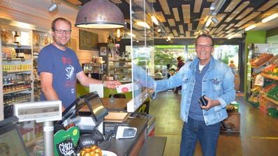 Lukas Madörin nimmt einen der Stadtgutscheine von seinem Kunden Roger Levi entgegen. (Bild: Mario Testa (Weinfelden, 20. August, 2020))