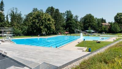 Während des Schwimmunterrichts ist ein neunjähriger Bub am Donnerstag vom Fünf-Meter-Sprungturm auf den Beckenrand gestürzt und hat sich schwer verletzt. (Nik Roth)