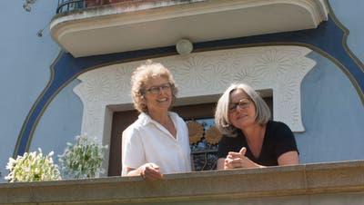 Ruth Erat und Andrea Gerster vor dem Max Burkhart Haus. (PD)