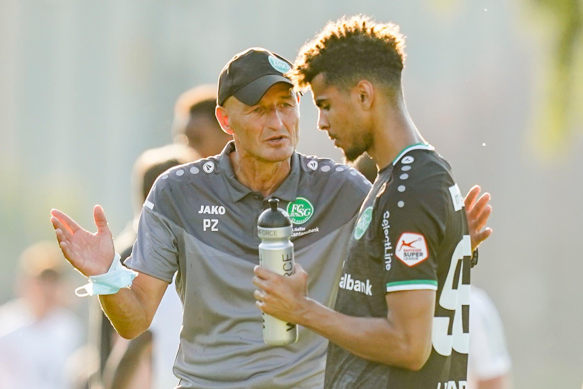 Cheftrainer Peter Zeidler mit Verteidiger Yannis Letard.