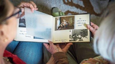 Ein Blick ins Fotoalbum kann für die Betreuerin des Entlastungsdienstes wertvoll sein im Aufbau der Beziehung zur betreuten Person. (Symbolbild: Urs Bucher)