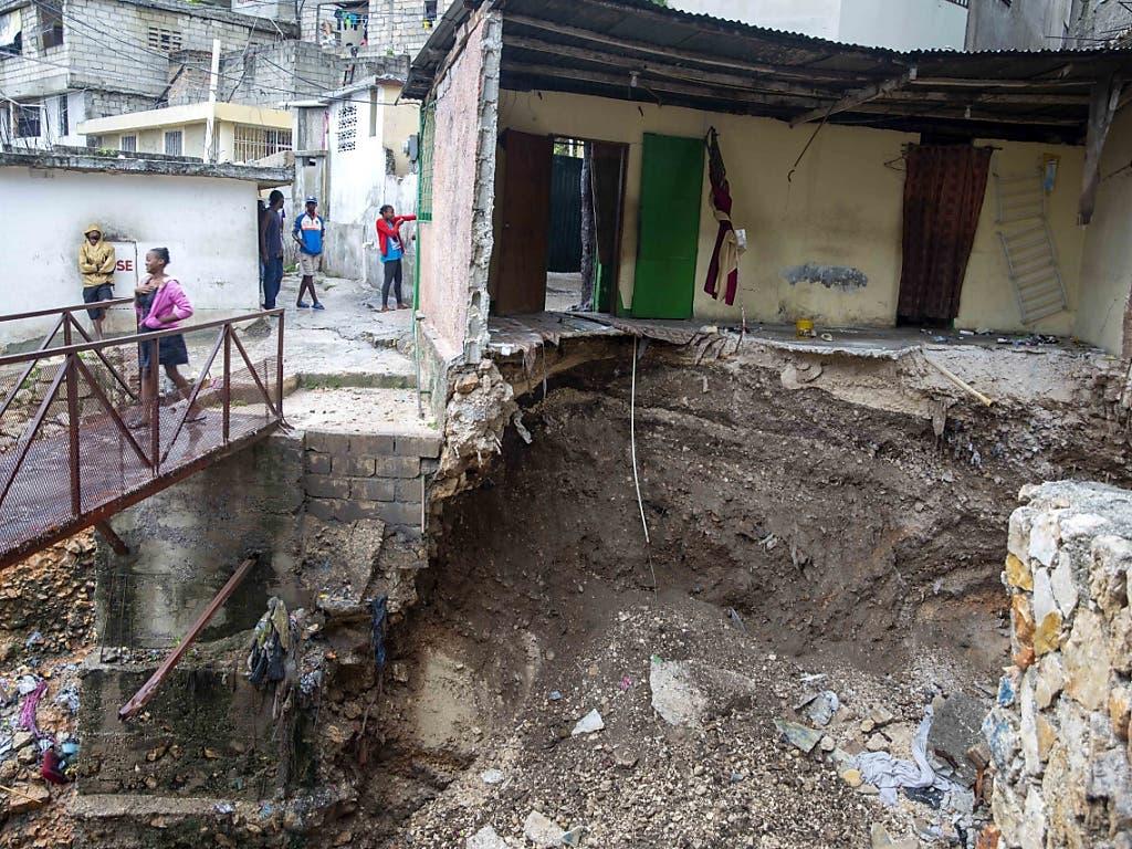 Der Tropensturm «Laura» riss in Haitis Hauptstadt Port-au-Prince ganze Häuser mit sich.