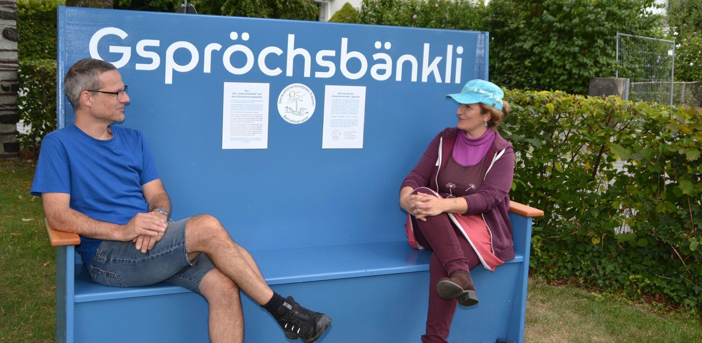 Michael Wehrli und Judith Jörg nutzen als erste das «Gspröchsbänkli».