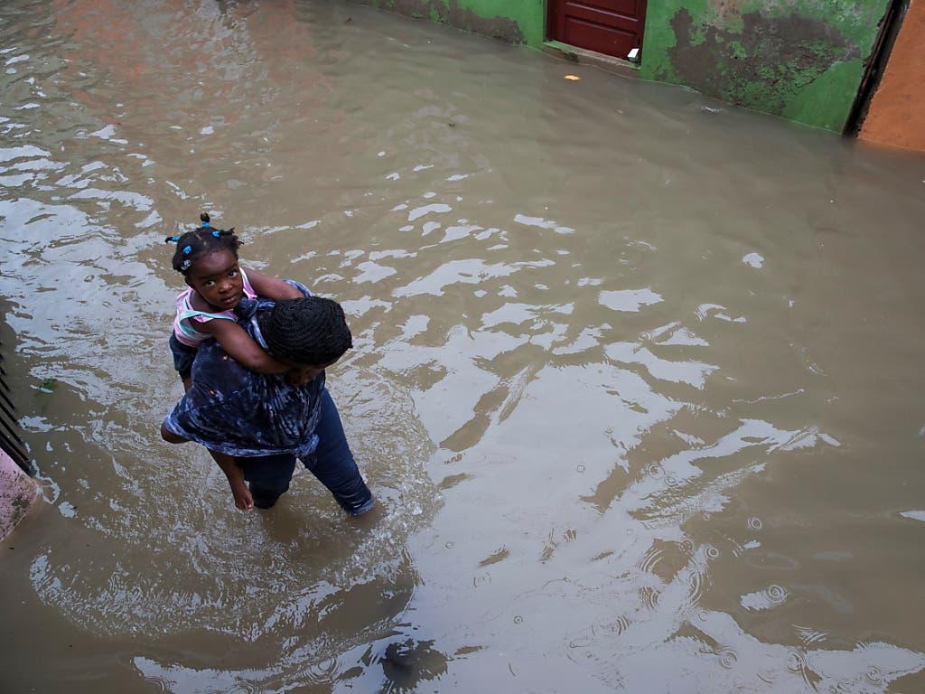 Der Tropensturm «Laura» hat in der Dominikanischen Republik zahlreiche Strassen unter Wasser gesetzt.
