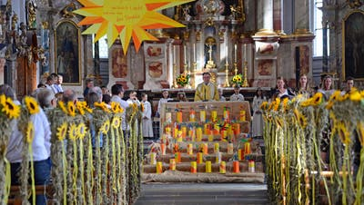 Blick in die wunderschön geschmückte Pfarrrkirche Sarnen. (Bild: Robert Hess (Sarnen, 23. August 2020))