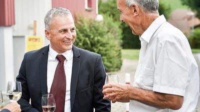 An der Wahlfeier: Der neu gewählte Gemeindepräsident von Bichelsee-Balterswil, Christoph Zarth, tauscht sich mit seinem Vorgänger Beat Weibel aus.