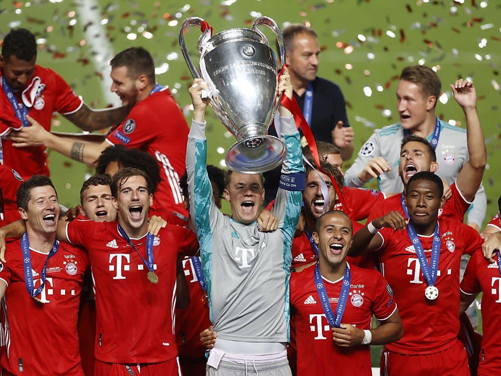 Captain Manuel Neuer stemmt den «Henkelpott» - die Bayern die wichtigste Trophäe im Klubfussball zum sechsten Mal