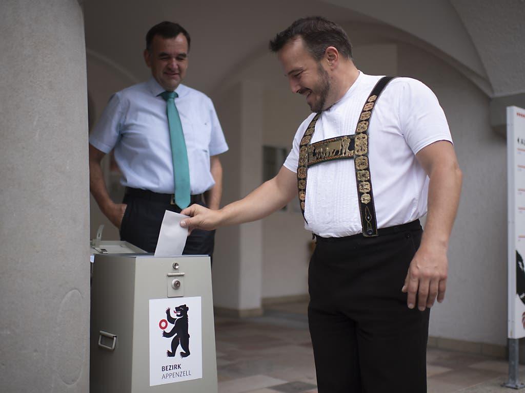 An einer ausserordentlichen Urnenabstimmung statt an der Landsgemeinde ist am Sonntag in Appenzell Innerrhoden Monika Rüegg Bless in die Standeskommission gewählt worden.