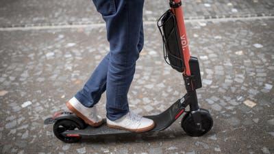 E-Scooter des schwedischen Anbieters Voi sind mittlerweile in vielen Schweizer Städten Standard, neuerdings auch in Frauenfeld. (Bild: Benjamin Manser)