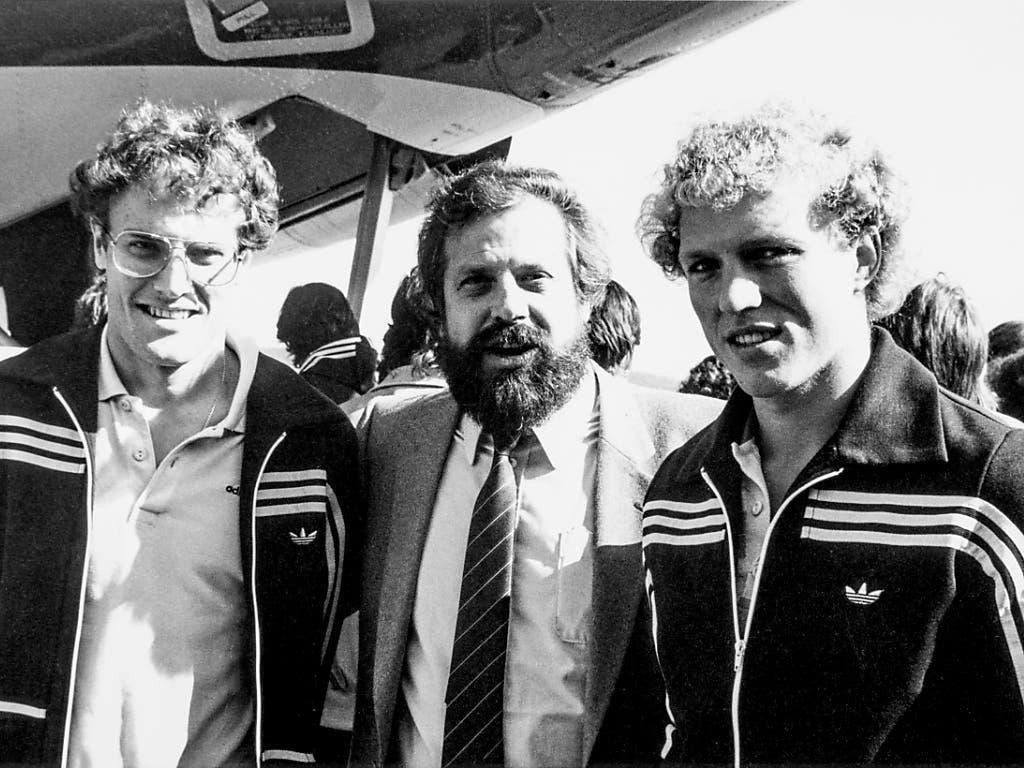 Paul Wolfisberg 1981 vor dem Abflug zu einer Balkantournee, flankiert von den Nationalspielern Claudio Sulser (links) und Heinz Lüdi.