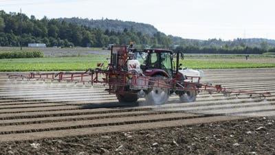 Pflanzenschutzmittel, die das Fungizid Chlorothalonil enthalten, sind seit Anfang Jahr verboten – belasten aber wohl noch auf Jahre das Grundwasser. (Symbolbild: Bundesamt für Landwirtschaft)