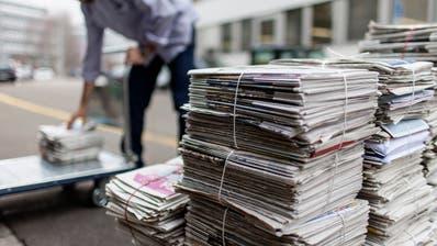 Gestapelte Zeitungsbündel. (Symbolld: Gaetan Bally / KEYSTONE, Zürich, 09. Januar 2013)