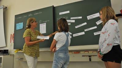 Bereits seit einem Jahr lernen die Mädchen und Buben in Flüelen bei Lehrerin Susanne Fesermit dem neuen Lehrmittel. (Bild: Urs Hanhart (Flüelen, 24. August 2020))