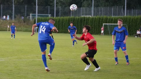Rückkehrer Dalibor Velickovic (links im Bild gegen Berg im Cup) gab Sirnachs Defensive beim Meisterschaftsauftakt gegen Frauenfeld Stabilität. (Bild: Tim Frei (Berg, 7. August 2020))