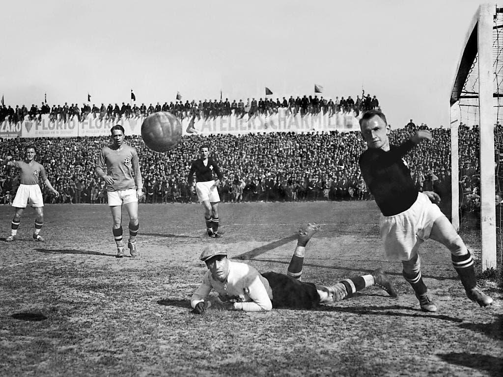 Max Abegglen (rechts) im Länderspiel Schweiz - Italien im Oktober 1933 in Genf. Der spätere Weltmeister Italien siegte 3:0