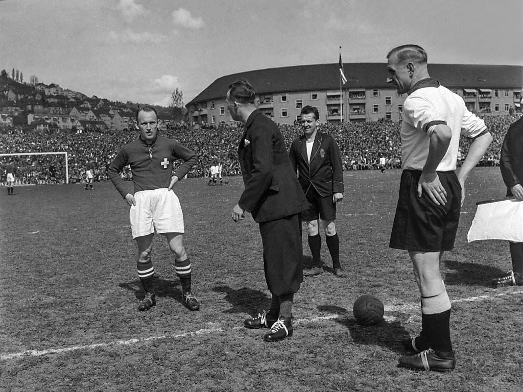 Schiedsrichter Baert Louis und die Captains, der Schweizer Max Abegglen (links) und der Deutsche Fritz Szepan bei der Platzwahl vor dem Länderspiel Schweiz - Deutschland im Hardturm-Stadion in Zürich, aufgenommen am 2. Mai 1937. Die Schweiz verlor 0:1