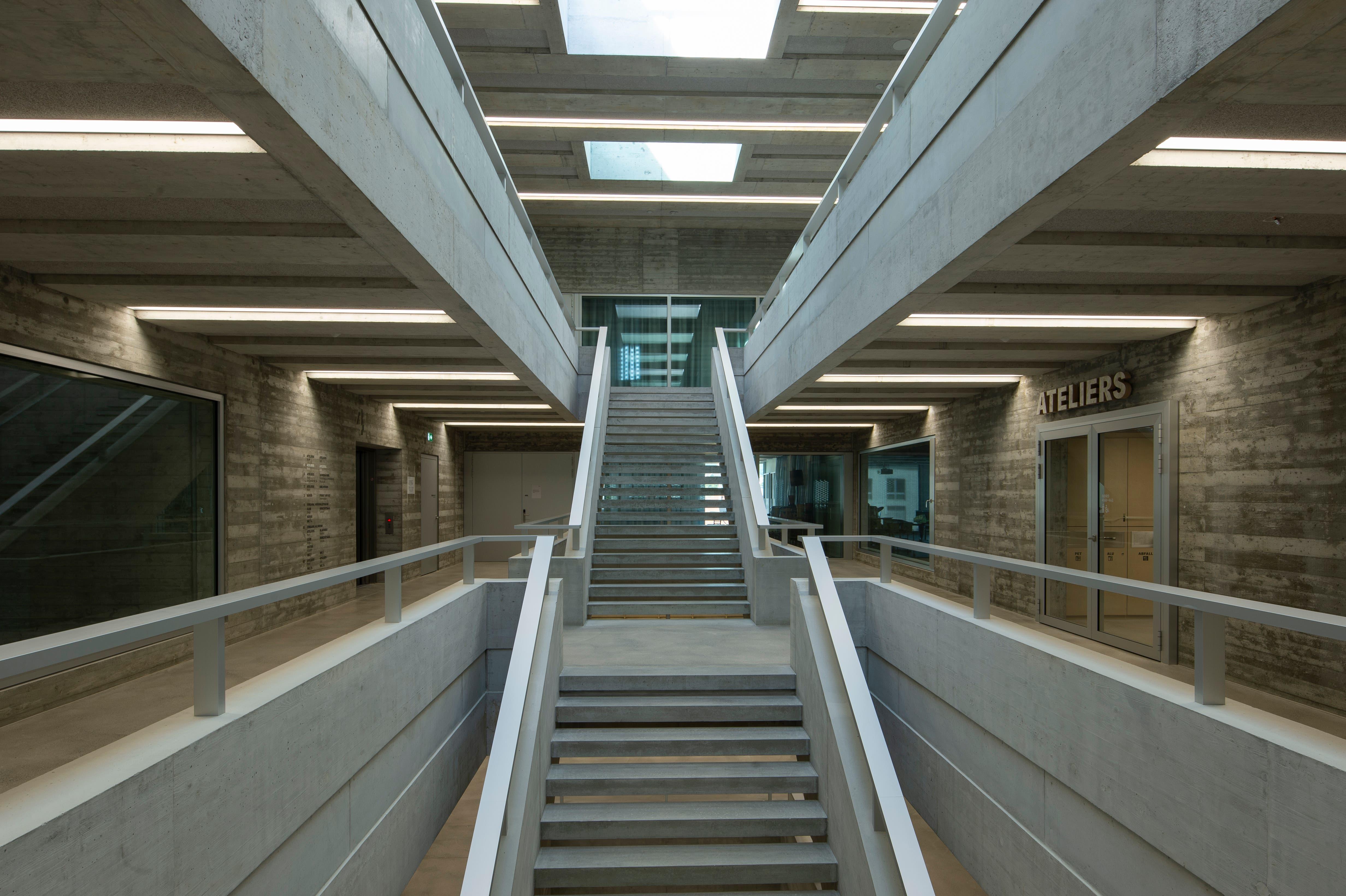 Im Treppenhaus der Musikhochschule herrscht Sichtbeton vor.