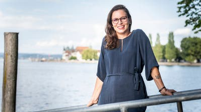Sandra Marolf an ihrem Lieblingsplatz im Städtli: beim Feldbach mit Blick auf den Untersee und die historische Altstadt. (Bild: Andrea Stalder)