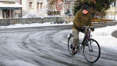 Trotz Schneeräumung blieb in der Vergangenheit oft eine Eisschicht auf Weinfelder Strassen zurück – ein Risiko für alle Verkehrsteilnehmer. (Bild:Sabrina Bächi (Weinfelden, 11. Januar 2019))