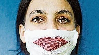 Soll mantrotz Maske zum Lippenstift greifen? Unsere Lifestyle-Autorin hat eine klare Meinung