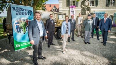 Vertreter des Thurgauer Komitees für neue Kampfflugzeuge vor dem Soldatendenkmal. (Reto Martin)