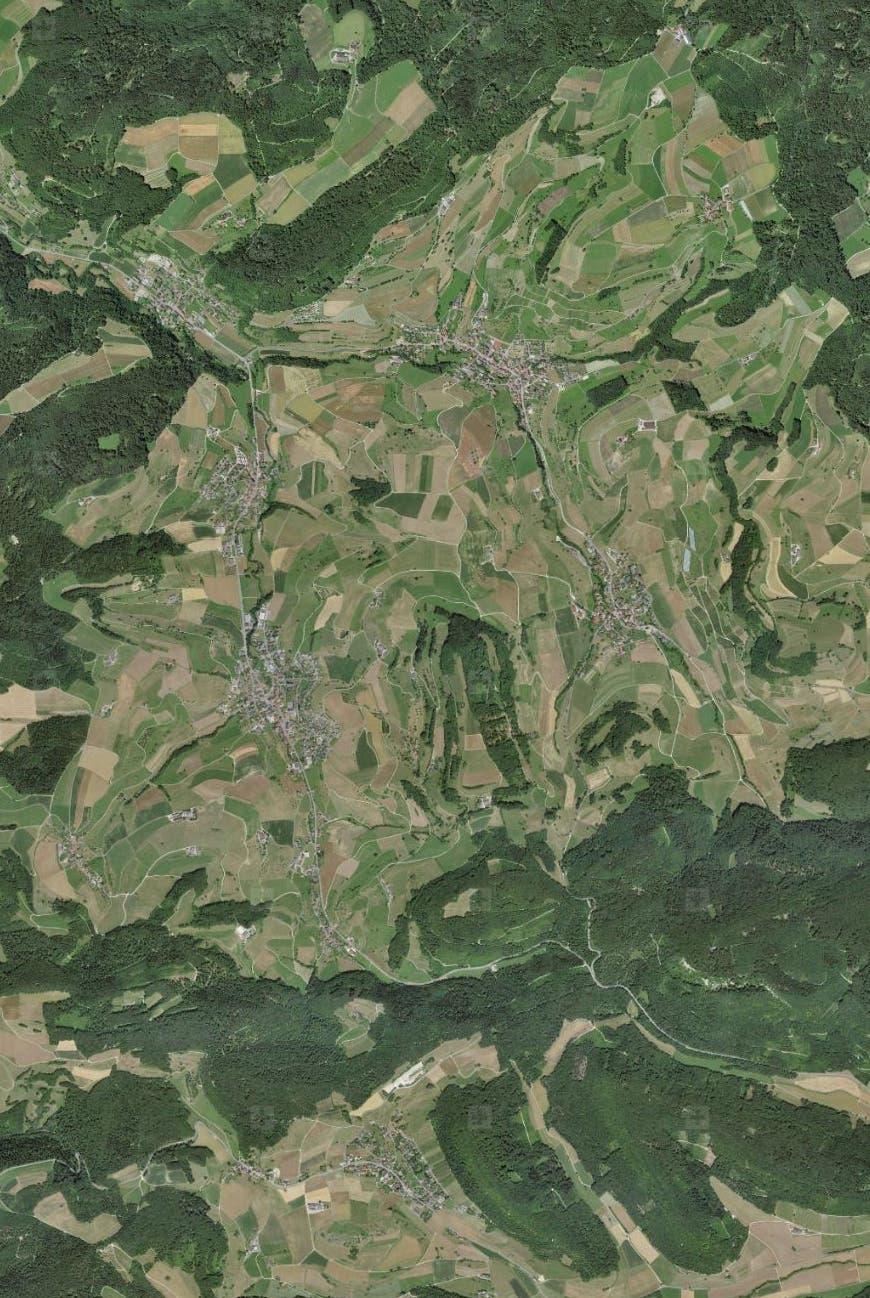 Wie der zusätzliche «Mehrwald» an einigen Beispielen aussehen könnte. Im Bild: eine aktuelle Luftaufnahme der Gemeinde Mettauertal.