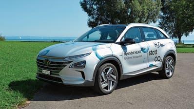 Der Hyundai Nexo mit Brennstoffzellenantrieb: Die Brennstoffzelle wandelt die im Wasserstoff enthaltene Energie mittels einer chemischen Sauerstoff-Reaktion in Strom um, der den Elektromotor antreibt. (Bilder: kn)