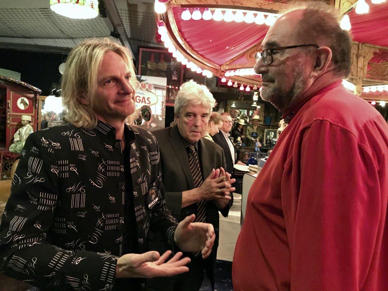 Sven Spacey, Präsident des Magischen Ring der Schweiz (links), im Gespräch mit Gastgeber Retonio Breitenmoser.
