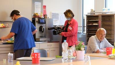 Veronika Müller Mäder (Mitte) lebte und filmte während des Lockdowns einige Tage im Pflegeheim Werdenberg. (Bild: PD)