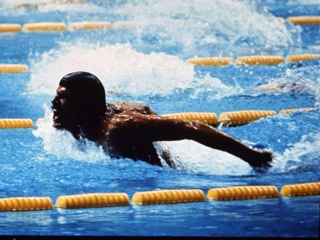 Mark Spitz wuchtet sich über 200 m Delfin aus dem Wasser.