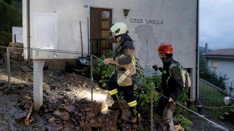 Feuerwehrleute im Einsatz nach einem Erdrutsch am Freitagabend in Bissone. (Francesca Agosta / Keystone)