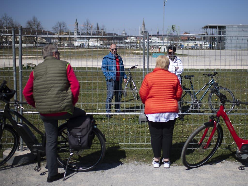Bekannte treffen sich an der Grenze zwischen Konstanz und Kreuzlingen, am 5. April 2020. Nachdem sich Menschen am ersten an der Landesgrenze installierten Zaun getroffen und den wegen dem Coronavirus verordneten Abstand nicht eingehalten hatten, wurde ein zweiter Grenzzaun errichtet (Archivbild).