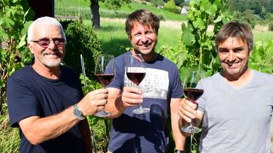 Im Weinkeller des Weinguts Burkhart stossen Michael, Christine und Willi Burkhart (rechts) mit ihren Helfern an. ((Bild: Werner Lenzin))