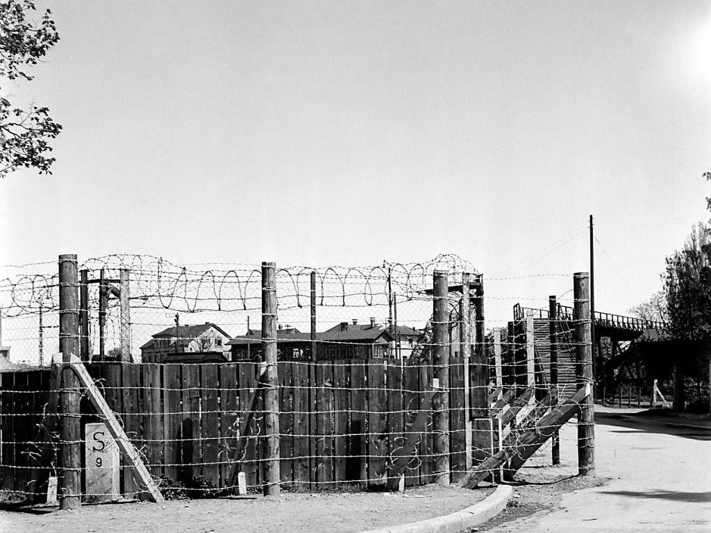 April 1945: Grenzzaun mit Stacheldraht an der Grenze zwischen Kreuzlingen und Konstanz. Der Bundesrat hatte die Abriegelung angeordnet, «um dem zu erwartenden Flüchtlingsstrom entgegentreten zu können und unerwünschte Elemente von unserem Lande fernzuhalten».