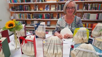 Sabine Frick zeigt Falttechnik.
