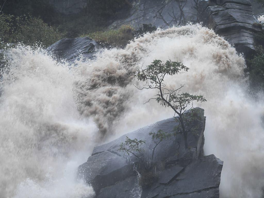 Bei Cresciano TI stürzt nach den heftigen Regenfällen der letzten Tage das Wasser zu Tale.