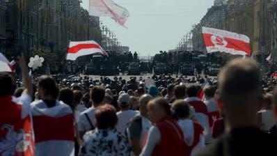 Eine Strassenblockade der Polizei während der Grossdemonstration. (keystone)