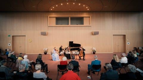 Zuhören mit Abstand: Nur 90 Personen durften in den Konzertsaal. Reinpassen würden doppelt so viele. Dennoch freuten sich die Zuhörer über die Musik am Wochenende auf dem Lilienberg. (Bild: PD)