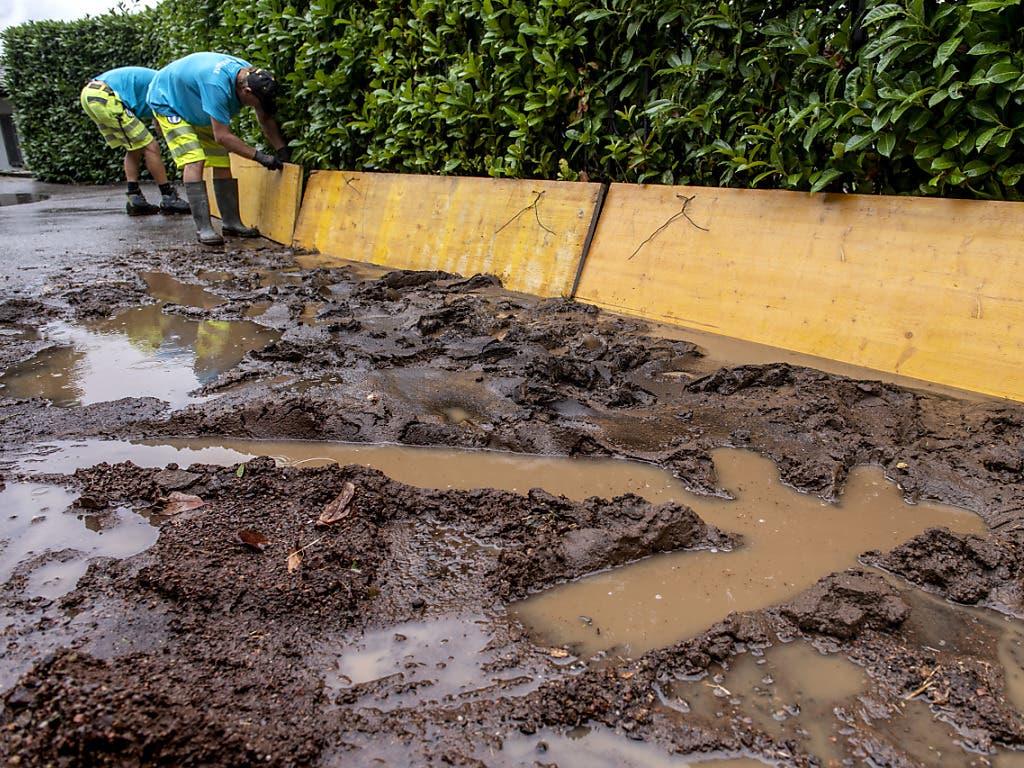 Geröll und Schlamm nach einem Erdrutsch in Bissone TI am Samstag.