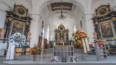Beisetzung des ehemaligen Schweizer Fussball-Nationaltrainers Paul Wolfisberg in Horw: Auf dem Bild der dekorierte Altar in der Pfarrkirche. (Bild: Pius Amrein (Horw, 31. August 2020))