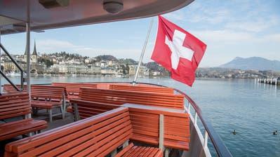Das Motorschiff Flüelen legt am Steg im Lido Luzern an. Die Auslastung ist klein. (Bild: Boris Bürgisser (Luzern, 30. Juni 2020))
