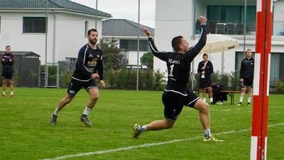 Simon Stäbler (vorne) bereitet Riwis Angriff des herannahenden Philipp Jung vor. (Bild: Tim Frei (Wilen, 22. August 2020))